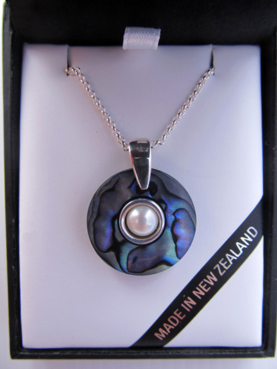 1035 Round doughnut shaped Paua pendant with silver and pearl centre.