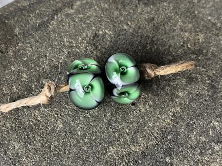 2x Handmade glass beads - bubble flower - Emerald