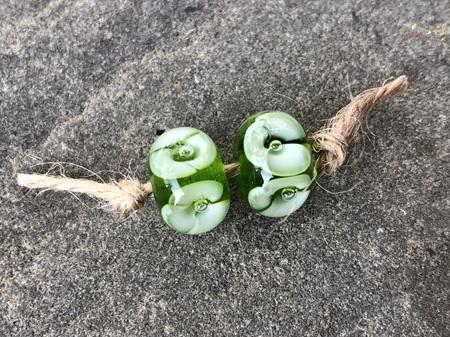 2x Handmade glass beads - bubble flower - green