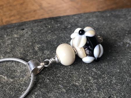 3D flower pendant - Ivory/Black