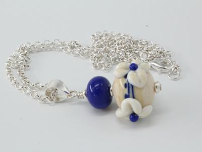 3D flower pendant - Ivory/Cobalt