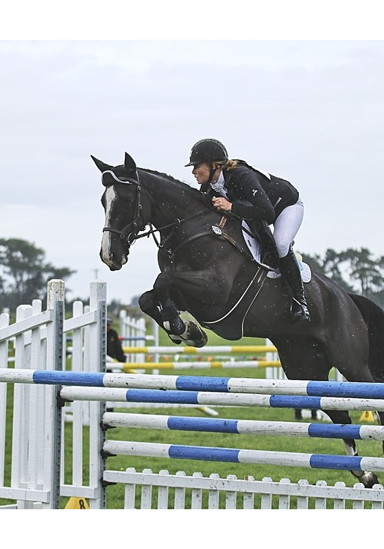 Lauren Alexander riding Classic Indigo in the CIC2* show jumping at Central Districts in the rain!