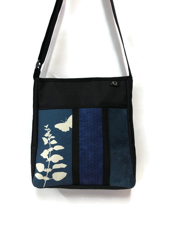 A handbag in blue - perfect with a pair of jeans.