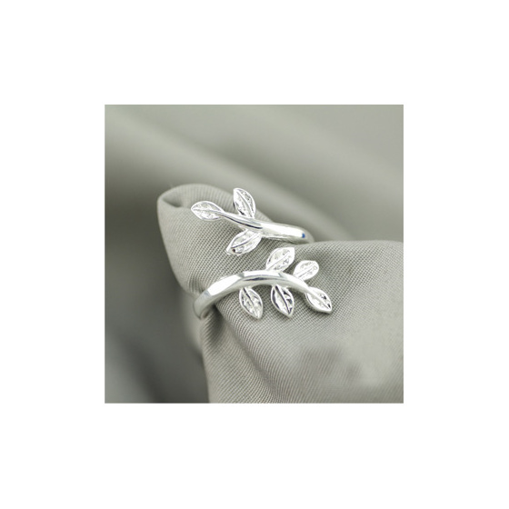 An adjustable sterling silver leaves ring