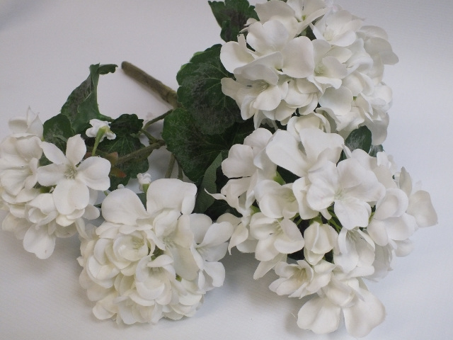 #artificialflowers #fakeflowers #decorflowers #fauxflowers#silk#geranium#white#