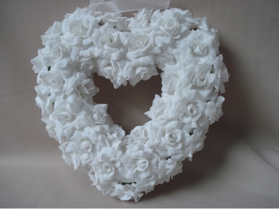#artificialflowers#fakeflowers#decorflowers#fauxflowers#heart#roses#white