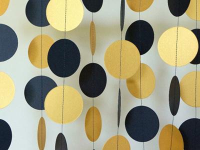 Black and gold paper circle garland