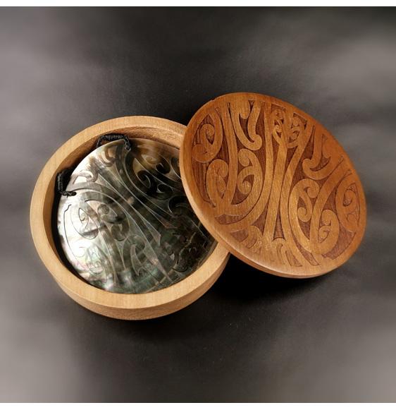 Black Mangopare mother-of-pearl pendant