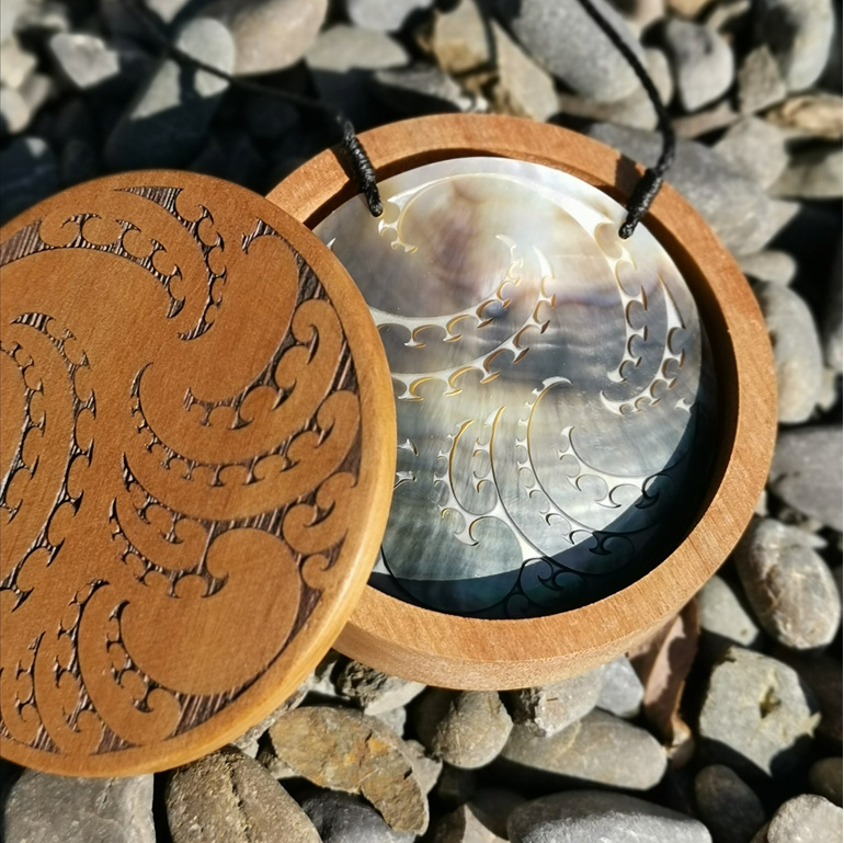 Black Pitau mother-of-pearl pendant