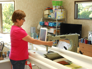 Bobby Duncan - expert longarm quilter at her machine