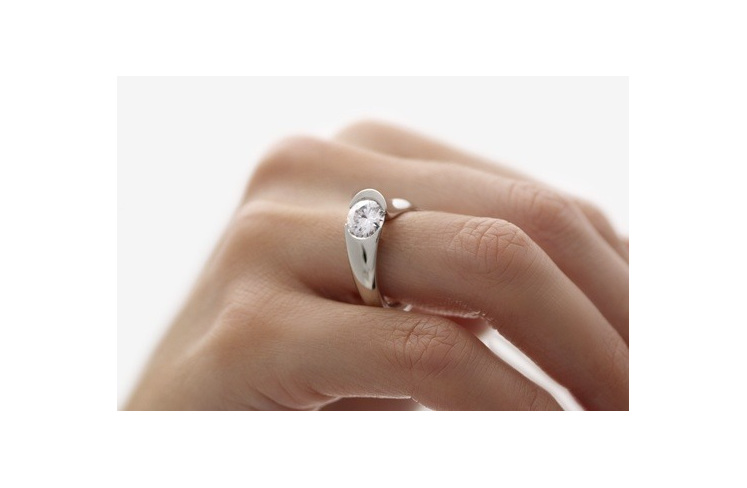 Brilliant Diamond Ring - Stellad on hand