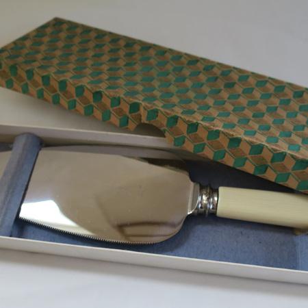 Cake slice bone handle