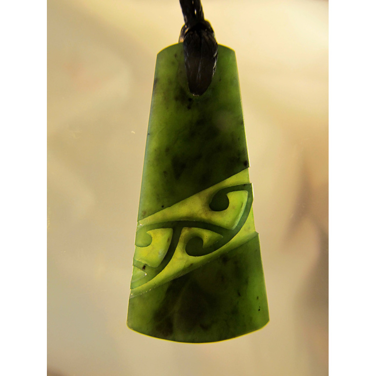 D121 Wedge shaped greenstone pendant with diagonal pattern (4cm)