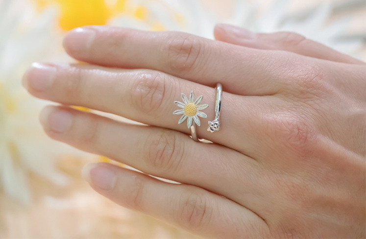 Daisy and Bee Ring - Crafted in Sterling Silver and Yellow Gold