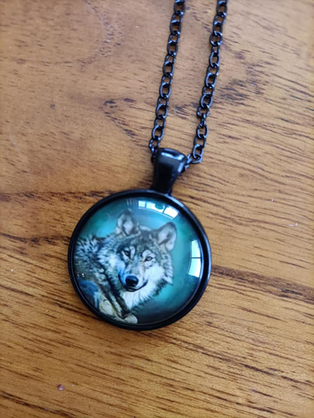 GREEN WOLF HOWLING PENDANT NECKLACE - Black Chain
