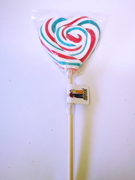 HEART POP , WHITE WITH PINK AND BLUE STRIPES , CHERRY COLA FLAVOUR, 8CM