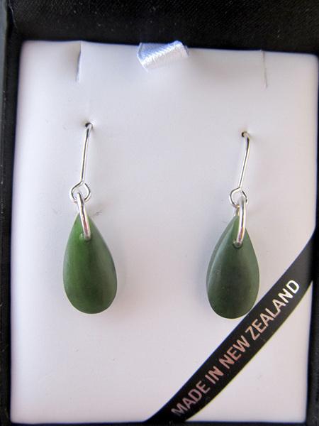 JE220 Silver wires drop-shaped greenstone earrings.