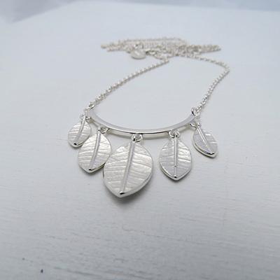 Leaf Swing Necklace
