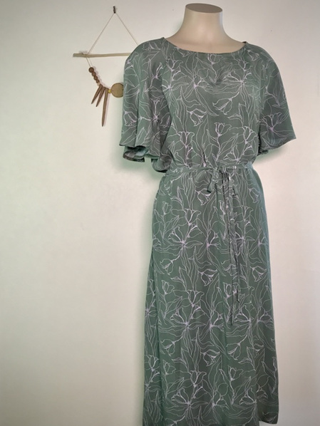 Lillies flounce sleeve dress