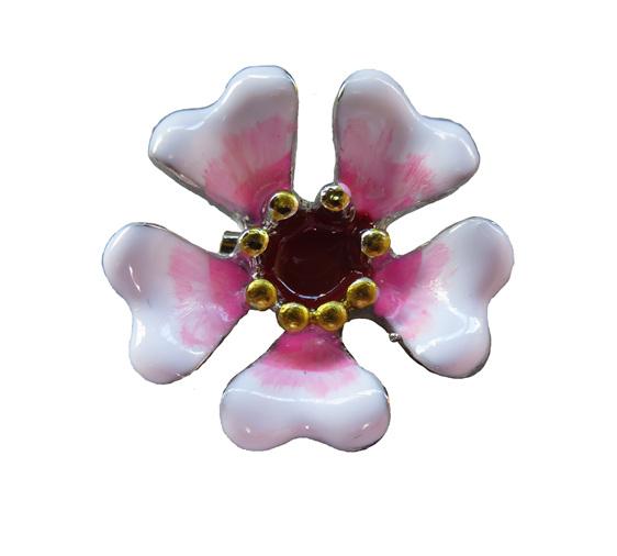Manuka flower brooch