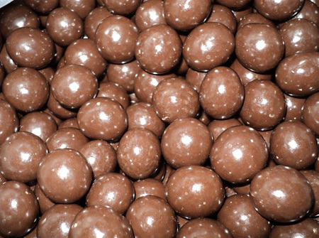 Milk Chocolate Macadamia Nuts  140g