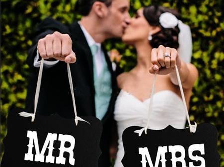 'Mr & Mrs' hanging sign