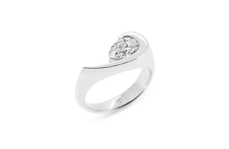 Patai - pear shaped diamond ring