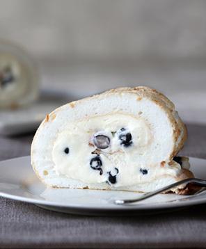 Pavlina recipe with cream and blueberries