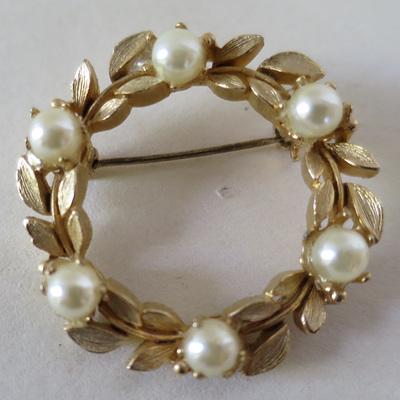 Elegant pearl wreath