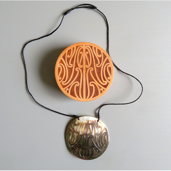 Puhoro mother of pearl pendant