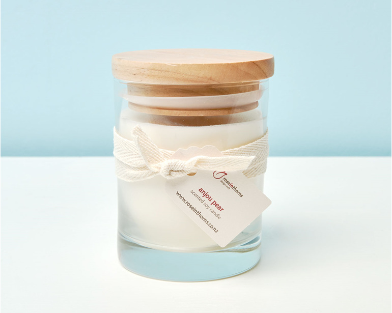 Scented soy candle in a tumbler with wooden lid - Anjou Pear