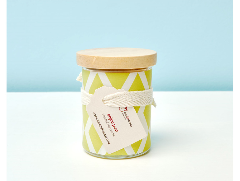 Scented soy candle with decal and wooden lid - Anjou Pear