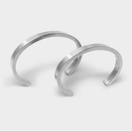Stowaway magnetic cuff
