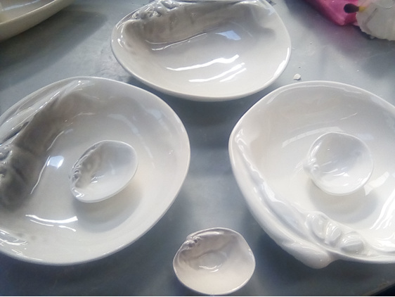 Three sizes of Cockle Shells, in Tonal and Glossy White finishes