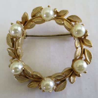 Wreath shaped brooches