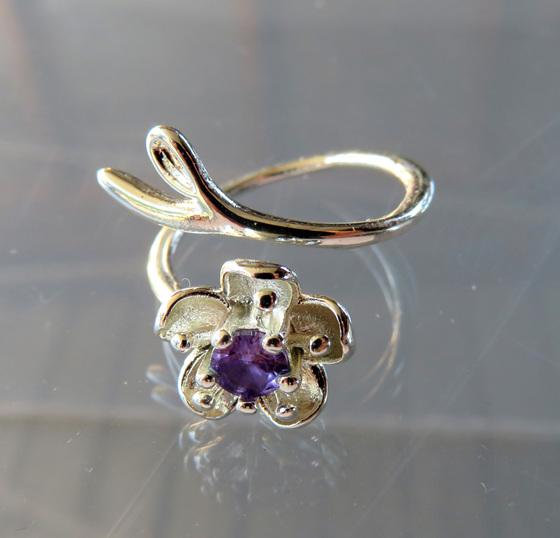 X62 Manuka flower ring